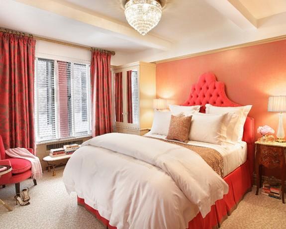 шторырозового цвета в спальне с розовыми обоями