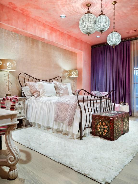 фиолетовые шторы под розовые обои
