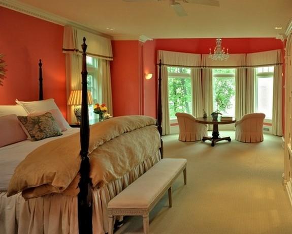 белые портьеры в спальне с розовыми стенами