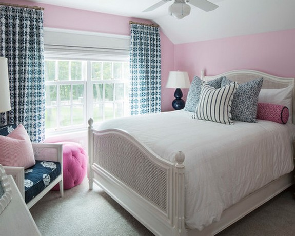 голубые занавески под розовые обои в спальне