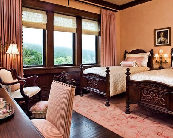 шторы розового цвета в классической спалтне с розовыми стенами