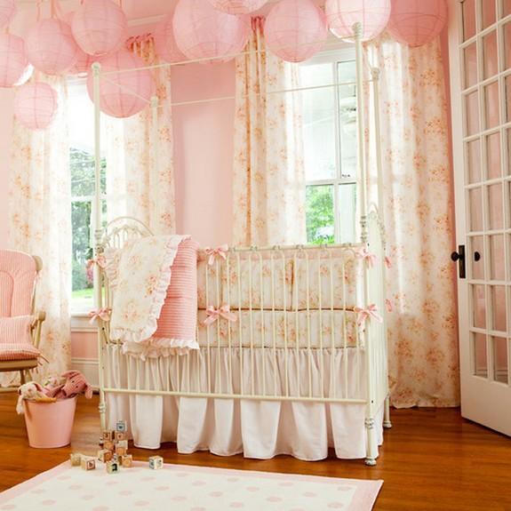 занавески в детской с розовым цветом стен