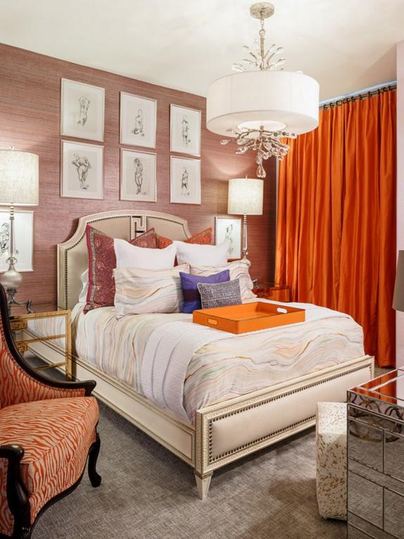 оранжевые портьеры в спальне с розовыми стенами