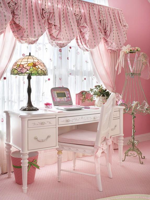 розовые австрийские шторы в детской с розовыми стенами