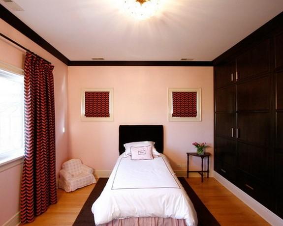 темно-розовые шторы с черным рисунком под розовые стены в спальне