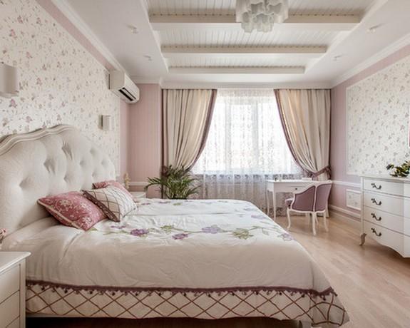бежево-розовые шторы в классичекой стальне с розовыми обоями