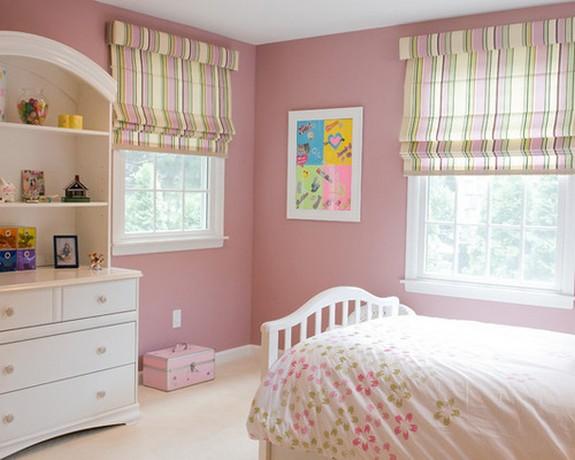 полосатая римская штора в спальне с розовым цветом стен