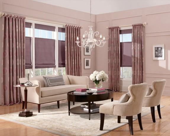 розовые портьеры в классической гостиной с розовыми стенами