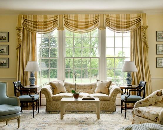 ламбрекены в горизонтальную полоску в гостиной с желтыми стенами