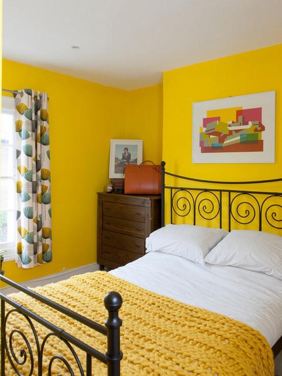 шторы с зеленым рисунком к ярко-желтым стенам