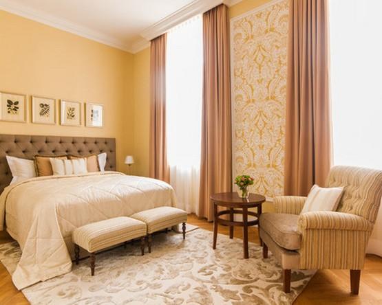 кремовые шторы к желтым стенам в спальне