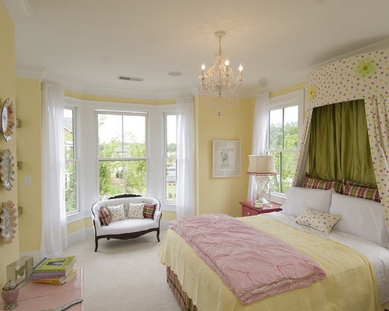 белые шторы к желтым стенам спальни