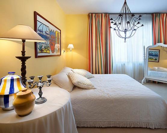 полосатые шторы под желтые стены в спальне