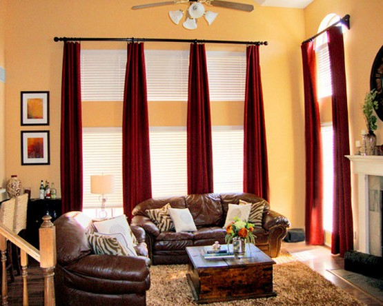 бордовые шторы к желтым стенам