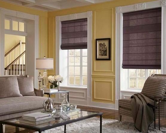 темно-сиреневые римские шторы к желтым стенам в гостиной