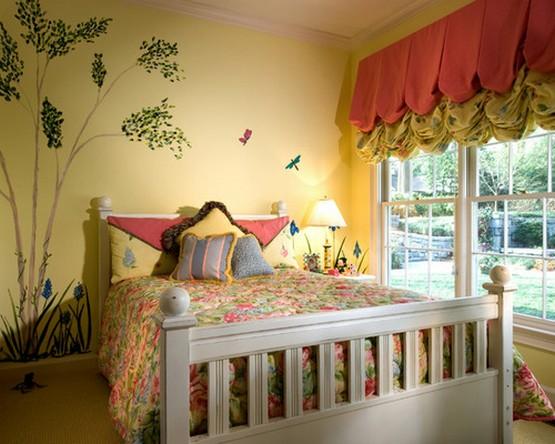 красно-зеленые австрийские шторы в желтой детской