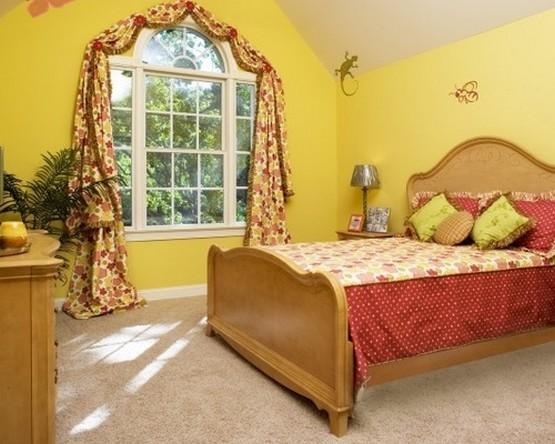 красно-желтые шторы в спальне кантри с желтыми стенами