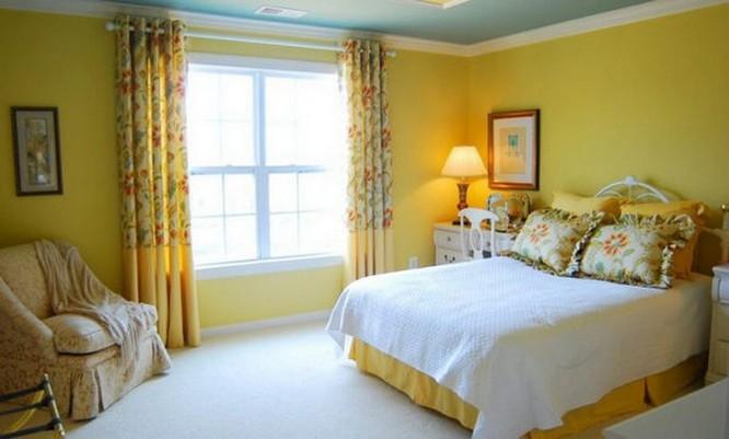 шторы с цветами под желтые сены в спальне кантри