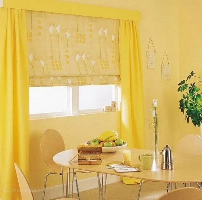 желтая римская шторы в кухне с желтыми обоями