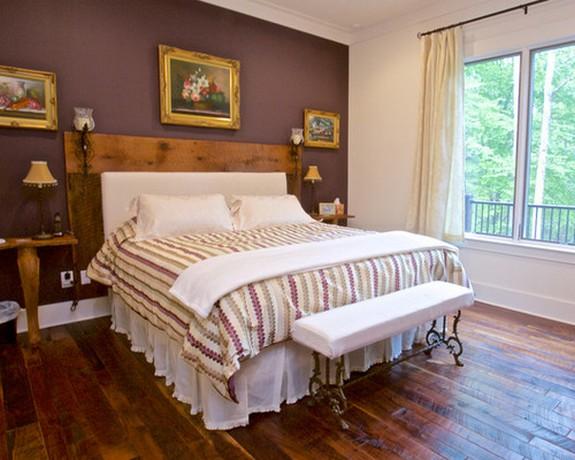 бежевые шторы под фиолетовые обои на стене в спальне