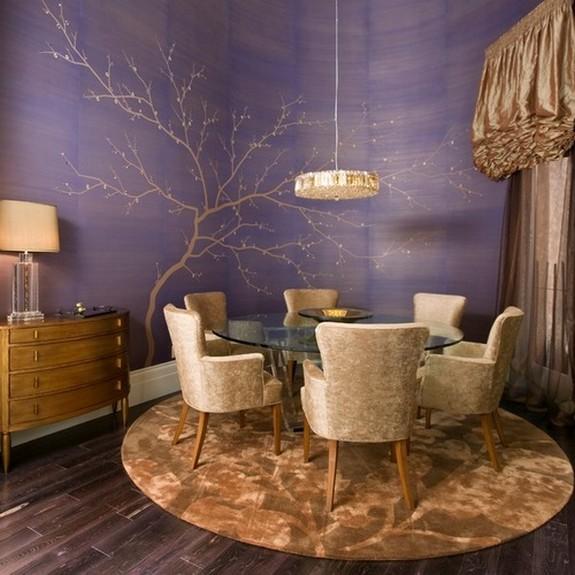 золотисто-коричневые шторы к фиолетовым стенам в столовой