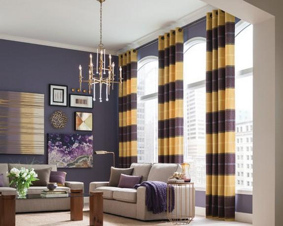 желто-фиолетовые полосатые шторы к фиолетовым стенам