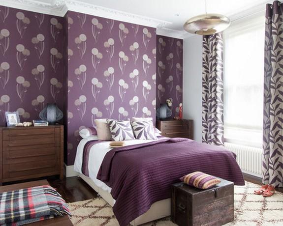 бежево-фиолетовые шторы к фиолетовым обоям в цветочек