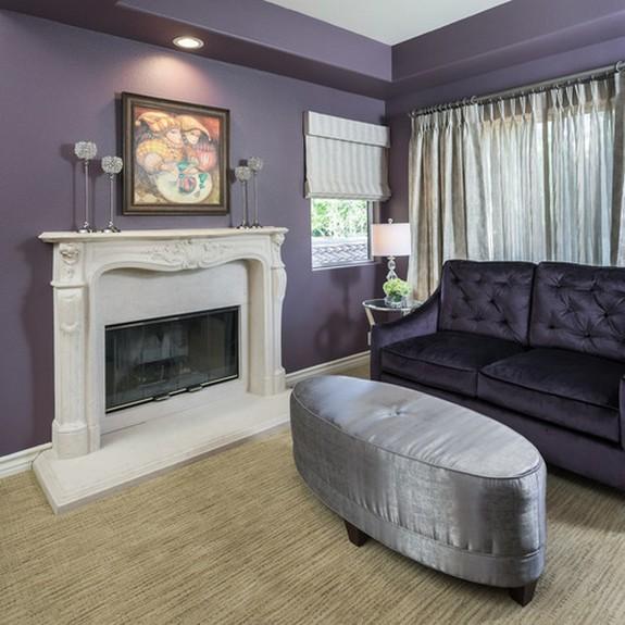 серые занавески к фиолетовым стенам в гостиной комнате