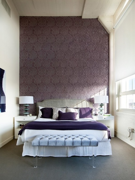 белая штора-ролета в спальне с фиолетовой стеной