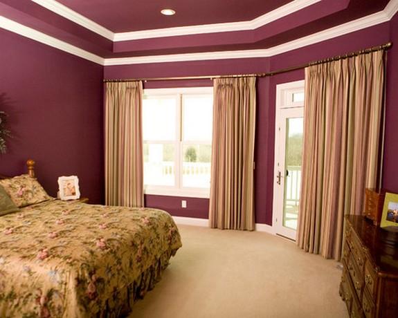 екремовые шторы к фиолетовым стенам спальной комнаты