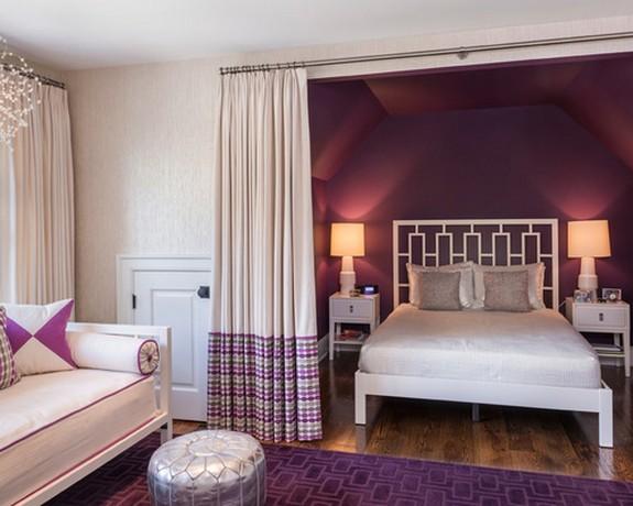 бежевые портьеры в спальне к фиолетовыми обоями