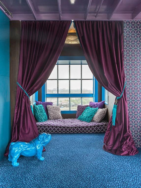 фиолетов-бирюзовые шторы к фиолетовым стенам
