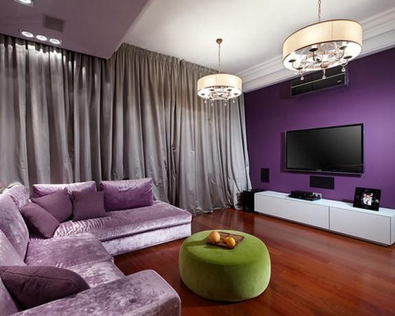 серебристые портьеры к фиолетовой стене в гостиной