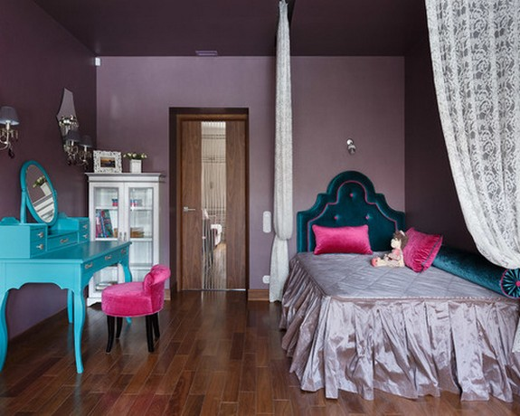 белый тюль в детской с фиолетовыми стенами