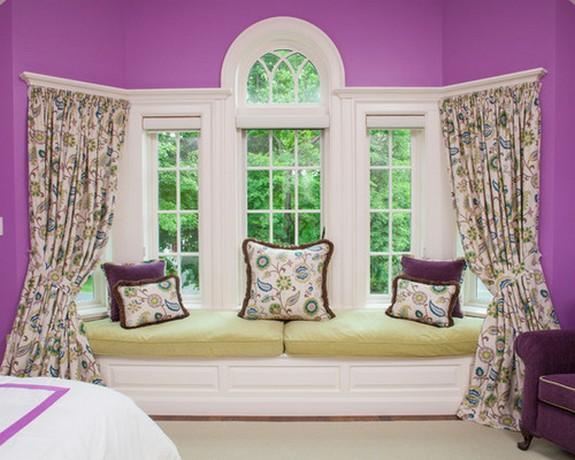 цветастые шторы под сиренево-фиолетовый цвет стен