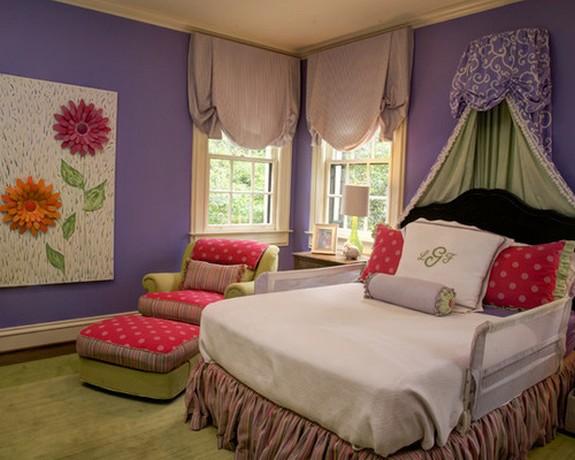 персиковые шторы в детской с фиолетовыми стенами