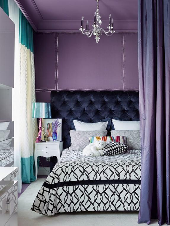 бело-бирюзовые шторы в фиолетовой спальне