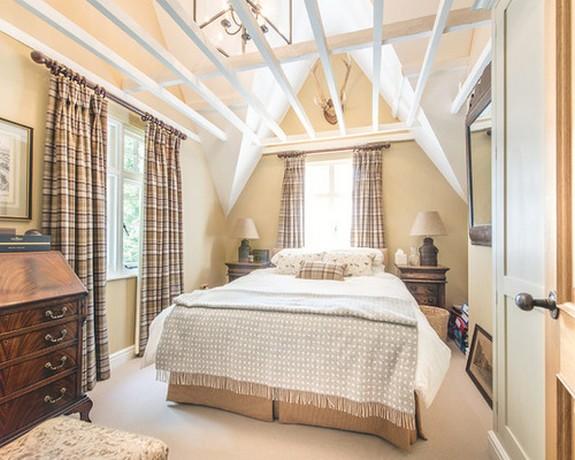 оформление окон в спальне клетчатыми шторами