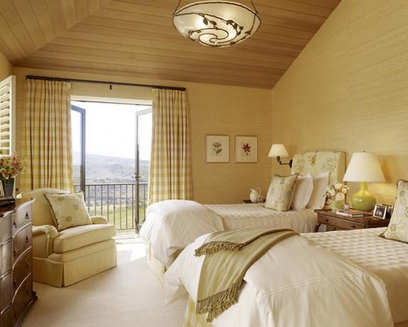 бежевая спальня с клетчатыми занавесками