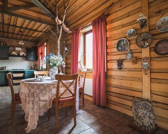 шторы в клетку в деревенском доме