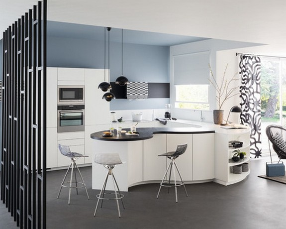 одинаковая расцветка штор и мебели в кухне с гостиной