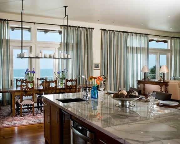 тонкие занавески в гостиной с кухней