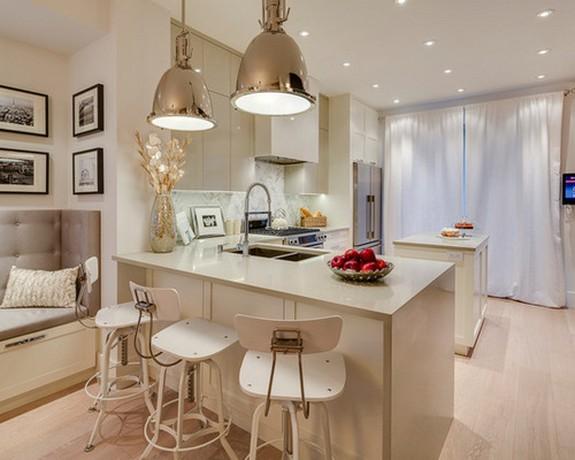 белые шторы в гостиной с кухней