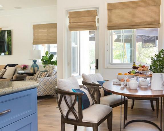 одинаковые шторы в кухне и совмещенной с ней гостиной