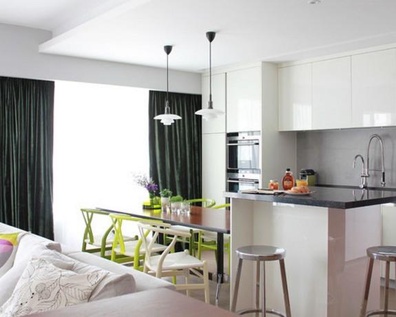 конраст штор с цветом мебели в кухне-гостиной