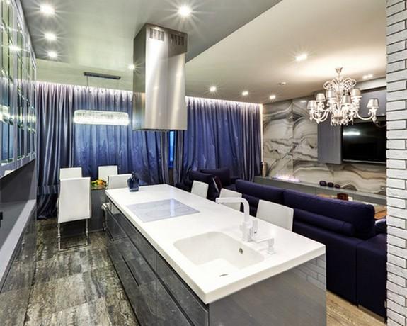 синие портьеры в объединенной кухне-гостиной