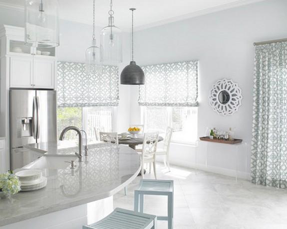 римские шторы из легкой ткани в кухне-гостиной