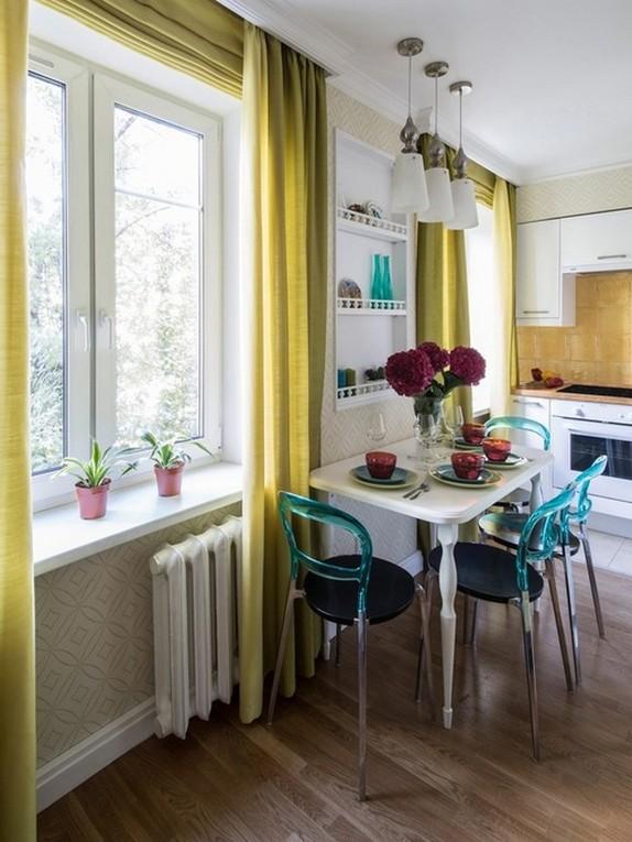 яркие желтые шторы в кухне-гостиной