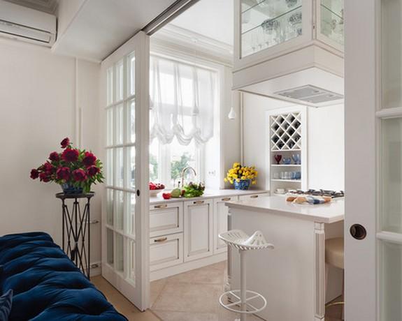 австрийская штора из вуали в маленькой кухне совмещенной с гостиной