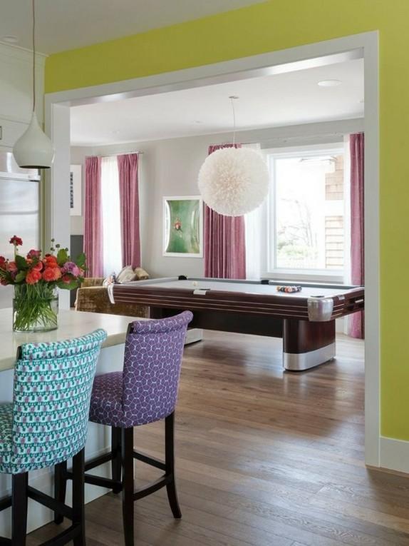 шторы контрастируют с цветом мебели в кухне-гостиной